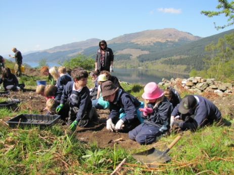 Arrochar Primary School kids at dig