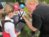 Roddy explains finds to primary school kids